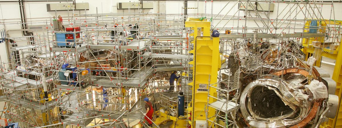 Experimenthalle mit dem ersten Modul in der Unterschale des Außengefäßes von Wendelstein 7-X